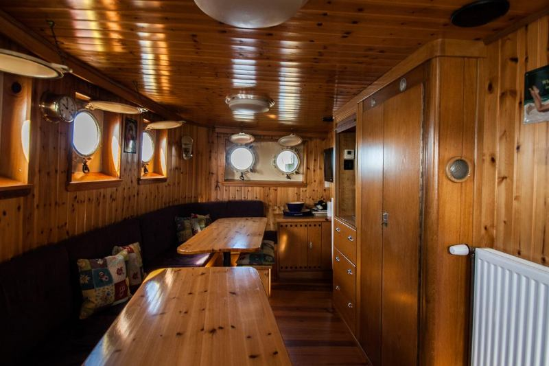 Sleepboot hotel historic boat Langenort